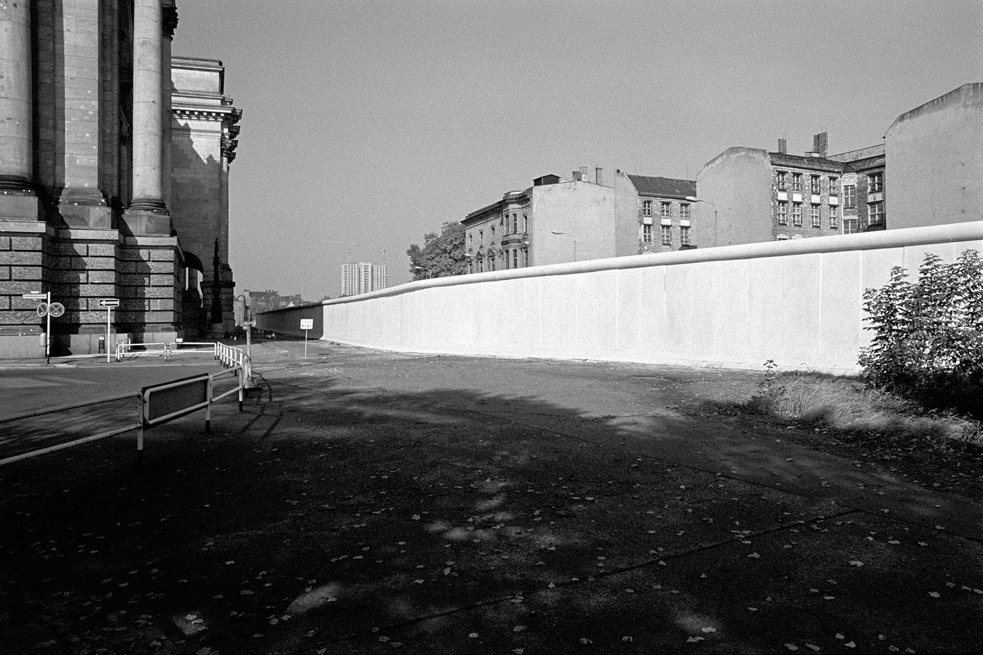 Berlinmuren bag ved Rigsdagen skilte Vest- og Østberlin fra hinanden.